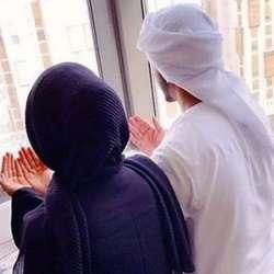 Женщина в хиджабе и ее спутник